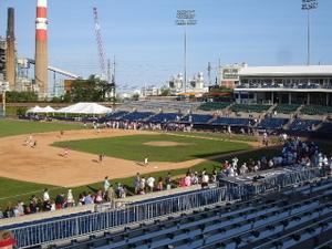 Bridgeport_bluefish_fans_run_bases_